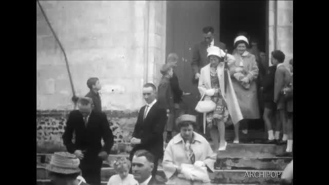 Aix-en-Issart : Mariage - Ouvriers au travail des marches de l'église