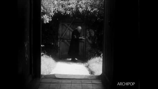 Abbé Polart au presbytère - Le courrier - Le bréviaire